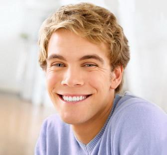 Vyras su implantais